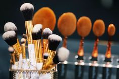 Shop oval makeup brush online from Inception of Beauty. Checkout our online store and discover the best deal for oval makeup brush at good price. What's Your Style, It Cosmetics Brushes, Warhol, Makeup Brush Set, Beauty Secrets, Woman, Artist, Set Of Makeup Brushes, Artists