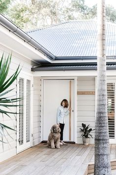 Tour bellaMumma Nikki Yazxhi's stunning renovated home Australian Beach house dreams Cottage Style, Custom Front Doors, Exterior Cladding, House Exterior, Exterior House Colors, Beach House Exterior, Beach Cottage Style, Beach Cottages, Weatherboard House