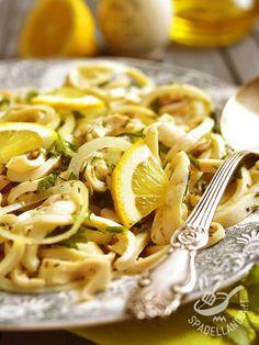 Insalata di calamari e cipolle: un piatto completo che unisce alle proprietà salutari del pesce quelle di ingredienti semplici ma preziosi come le cipolle. Calamari, Antipasto, Italian Recipes, Macaroni And Cheese, Food And Drink, Low Carb, Fish, Ethnic Recipes, Yogurt
