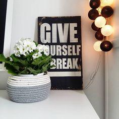 """""""Pierwiosnki #instaday #white #black #starydom #czaryzdrewna #pierwiosnek #cottonball #cbl #dombieląmalowany #homedecor #decoration #interior…"""""""