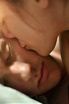 À vida, não sei se já te disse, não peço muito, apenas o meu corpo em condições de te amar e o teu corpo mesmo que velho debaixo de uma lua só nossa.     in Prometo falhar, de Pedro Chagas Freitas.