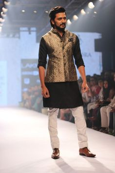 Raghavendra Rathore Brings In The Royalty With Riteish Deshmukh On Day 2 Of Lakmé Fashion Week! - MissMalini