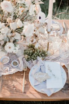 Earthy summer picnic ideas + a white bohemian dress round-up Layer Cake) Wedding Table Decorations, Wedding Table Settings, Wedding Centerpieces, Wedding Table Toppers, Table Wedding, Party Wedding, Wedding Dresses, Wedding Cakes, Wedding Colors