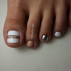 The advantage of the gel is that it allows you to enjoy your French manicure for a long time. There are four different ways to make a French manicure on gel nails. Pedicure Designs, Pedicure Nail Art, Toe Nail Designs, Fall Pedicure, Wedding Pedicure, Pedicure Ideas, Pretty Toe Nails, Cute Toe Nails, Diy Nails