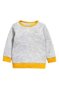 Long-sleeved T-shirt: CONSCIOUS. Long-sleeved T-shirt in waffled jersey made from organic cotton with press-studs on one shoulder and ribbing in a contrasting colour around the neckline, cuffs and hem