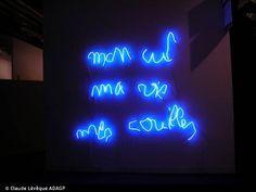 Claude Lévêque, Je suis une merde, 2001 Néon mauve Ecriture Claude Lévêque 35 x 408 cm