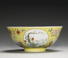 (China) A yellow-ground famille rose 'medallion' bowl. Chinese Crafts, Chinese Art, Chinese Ceramics, Chinese Antiques, Fine Porcelain, Asian Art, White Ceramics, Art Decor, Modern Art