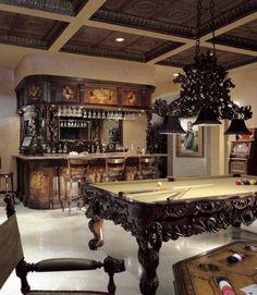 Una mesa de billar y una reluciente vinoteca decoran el interior y le dan un estilo de arquitectura antigua.