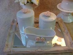 Kit de porcelana com bandeja em resina e espelho. PODE SER FEITO NA COR DE SUA PREFERENCIA ! - bandeja com 31x24cm  com pezinho - dois potes e molhadeira de banheira R$ 170,00