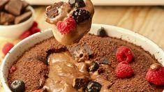 Só há uma coisa melhor do que um bolo de chocolate: é um bolo de chocolate (calma, o meu poder de repetição ainda não chegou tão longe...) que é cremoso por dentro. Eu explico: por fora é um bolo de chocolate maravilhoso, por dentro é uma mousse cremosa e...