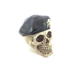 Caveira Crânio Boina Largura x Altura x Profundidade: 13 x 13 x 11 cm Peso: 300 g Material: resina Acabamento: colorido Origem: Ásia
