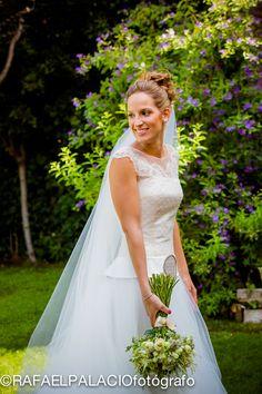 precioso retrato de novia en su jardín