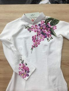 Best 12 Kurti designs for stitch – Page 133700682673498425 – SkillOfKing. Fabric Colour Painting, Fabric Painting On Clothes, Fabric Paint Shirt, Paint Shirts, Dress Painting, T Shirt Painting, Painted Clothes, Fabric Art, Saree Painting Designs