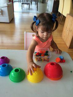 Separando os pompons por cor