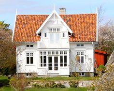 Norwegian house- this looks very familiar. Norwegian House, Swedish House, Nordic Home, Scandinavian Home, White Houses, Little Houses, Old Houses, My Dream Home, Exterior Design