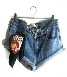 Short Levi's 505 W30  #brandleyvintage #vintageclothing #clothes #tshirt #jeans #levis #shoponline  #outfit #fashion #vintage #conmuchorollo Fashion Vintage, Vintage Outfits, Levis 505, Levi Shorts, Denim, Jeans, T Shirt, Clothes, Women