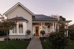 Suburban Solutions - Auckland Builders, specialising in villa renovation and restoration. New architectural builds Cottage Exterior, House Paint Exterior, Exterior House Colors, Exterior Design, Hamptons Style Homes, Hamptons House, Weatherboard House, Queenslander, Suburban House