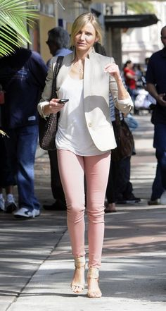 Cameron Diaz strutting her pink jeans and a beige blazer Light Pink Pants, Light Pink Blazers, Slim Fit Ripped Jeans, Dark Blue Skinny Jeans, Cameron Diaz, Colored Pants, Colored Denim, Pink Jeans Outfit, Pants Outfit
