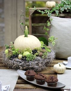 Eye-catcher: vine wreath with white pumpkin . - Eye-catcher: vine wreath with white pumpkin More - Thanksgiving Decorations, Seasonal Decor, Fall Decor, Holiday Decor, Vine Wreath, Wreaths, Decoration Entree, Autumn Table, Vides