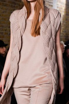 Pringle of Scotland en la London Fashion Week Fall - Knitting. Knitting Wool, Hand Knitting, Sweater Jacket, Knit Cardigan, Catwalk Fashion, London Fashion, Gilet Long, Pringle Of Scotland, Mein Style