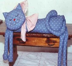 How to make door weight: Felt cat - How to make door weight: Felt cat - Cat Crafts, Sewing Crafts, Diy And Crafts, Sewing Projects, Cat Fabric, Fabric Toys, Fabric Crafts, Applique Stitches, Cat Quilt