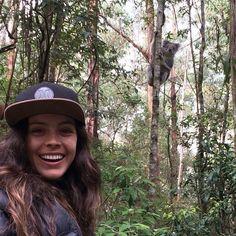"""Day 8 Estamos fazendo a """"Great Ocean Road"""" que é incrível... Mas hoje quem roubou meu coração completamente foi esse Koalinha lindo que a gente encontrou bem no meio da estrada gente ele olhou pra foto!!! morri de amor  @lucasmarianoegi #greatoceanroad #koala #widelife #onlyinaustralia #smileandbeardtraveling by doraolliveira"""