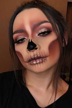 Glam meets gore: Your last minute Halloween inspiration – sculpted glam skull It's not too late to get glammed up! Halloween Makeup Clown, Amazing Halloween Makeup, Pretty Halloween, Halloween Eyes, Halloween Make Up Scary, Halloween Makeuo, Cute Clown Costume, Sugar Skull Halloween, Women Halloween