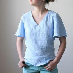 Miss Flora nouveau patron gratuit ! Tunic Blouse, Tunic Tops, Sewing Online, Classy Street Style, Sewing Blouses, Couture Sewing, Couture Tops, Skirts With Pockets, Flora