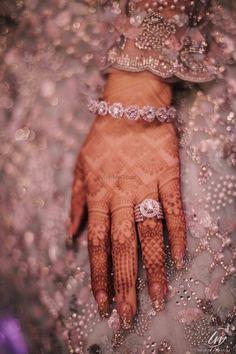 Flaunt Your Engagement Ring w Henna. Bridal Bangles, Bridal Rings, Wedding Jewelry, Wedding Gold, Desi Wedding, Mehndi Art Designs, Bridal Mehndi Designs, Tribal Henna Designs, Indian Engagement Ring