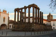 O ex-libris da cidade de Évora, o templo de Diana e ao fundo a torre da imponente Sé.