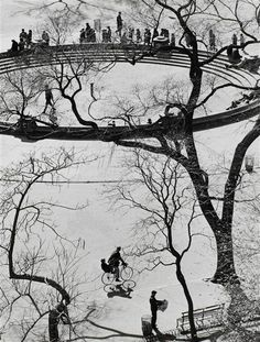 Andre ' Kertesz composition stye doesn't stop growing, Washington Square,NYC. History Of Photography, Urban Photography, Color Photography, Street Photography, Minimalist Photography, Andre Kertesz, Budapest, Photo D Art, Grand Palais