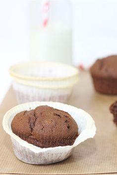 I muffin al cioccolato sono dei piccoli dolcetti perfetti da gustare in ogni ora della giornata, per la colazione o la merenda. Questi muffin ricchi di cioccolato sono facili e veloci da preparare e, una volta pronti, potete conservarli per un paio di giorni in un contenitore ben chiusi.