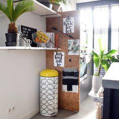 Blog // DIY: een wand van kurk. Deze saaie keukenwand is niet langer saai dankzij de kurkplaten van #kurk24. Benieuwd hoe je ook zo'n wand maakt? Link in profiel