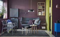 """Ein Wohnzimmer mit Fünfzigerjahre-Note mit YPPERLIG 2er-Sofa und Sesseln mit Bezug """"Gunnared"""" dunkelgrau und einem YPPERLIG Couchtisch in Dunkelgrau/Birke"""