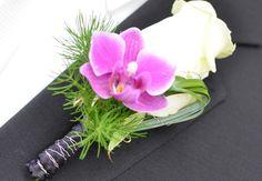 #Anstecker für den #Bräutigam am Tag der #Hochzeit in #pink #weiß bzw. #creme #grün und #grau - Auch #Orchideen eignen sich super - #groom #flower #boutonniere #weddinginspiration