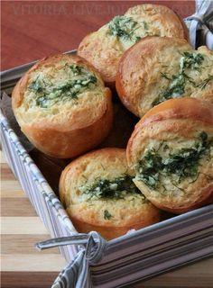 В эти булочки не возможно не влюбиться настолько они вкусны и ароматны. Тесто на 12 булочек: 400 г муки 20 г сахара 1/2 ч.л соли 1 ч.л сухих дрожжей(4 г) или 8 г свежих 260 мл…