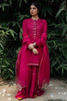 Embroidery Suits Design, Embroidery Designs, Short Kurtis, Kurta Style, Silk Kurti, Dress Drawing, Pakistani Outfits, Dress Cuts, Designer Wear