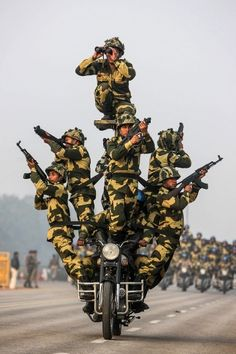 Members of India's Central Industrial Security Force rehearse for the Republic Day 2014 celebrations on Rajpath in New Delhi.