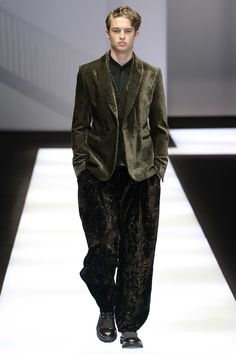 Emporio Armani Fall 2017 Menswear Collection Photos - Vogue - Tap the link to shop on our official online store! You can also join our affiliate and/or rewards programs for FREE! Giorgio Armani Homme, Emporio Armani, Armani Men, Men Fashion Show, Fashion Show Collection, Fashion Week, Mens Fashion, Fashion Tips, Mens Tailored Suits