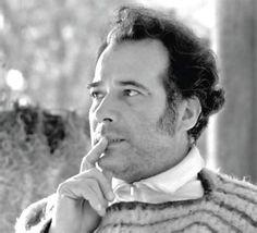 Manuel Mejía Vallejo (1923-1998) fue un escritor y periodista colombiano ganador de los premios Rómulo Gallegos y Nadal. Representa la vertiente andina de la narrativa colombiana contemporánea. Su obra narrativa describe la violencia civil (La tierra éramos nosotros, 1945; El día señalado, 1964, premio Nadal) o los ambientes populares urbanos (Al pie de la ciudad, 1958; Aire de tango, 1973). En 1989 obtuvo el premio Rómulo Gallegos por su novela Años de indulgencia.