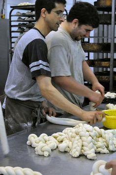 Preparing for Shabbat - A Visit to a Challah Bakery in Bnei Brak, east of Tel Aviv, Israël © TheKitchn
