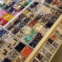 Kamienie naturalne dostępne na sztuki. Kamienie do własnoręcznie robionej biżuterii w sklepach stacjonarnych. Przyjdź, zobacz, dotknij i zrób piękną biżuterię z naszymi półfabrykatami.