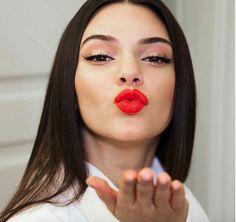 Si te gusta el estilo de Kendall Jenner, descubre cómo conseguir su estilo de maquillaje en pocos pasos. Te recomendamos además productos para conseguirlo. #makeup #maquillaje #kiss #kendall #Jenner #paso #a #paso