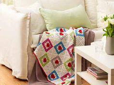 Decke häkeln: Dieses Schmuckstück haben wir selbst gehäkelt. Die passende Anleitung gibt es hier bei uns.An aufs Sofa und schön