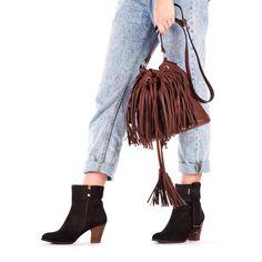 Bolso de mujer en marrón con flecos. Cierre con click y cordón para mayor sujeción. Tres bolsillos internos. 25x30cm. Corte en sintético y forro en tejido. Los flecos de esta temporada también en nuestros bolsos