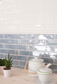 Incorporating kitchen wall tile designs into a new or existing kitchen interior can create a completely unique and personalized aesthetic. Kitchen Wall Tiles Design, Grey Kitchen Tiles, Kitchen Splashback Tiles, Splashback Ideas, Backsplash Ideas, Glazed Brick, Glazed Tiles, Küchen Design, Tile Design