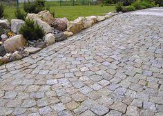 natursteinver … Split granite paving stones by Landscaping Retaining Walls, Front Yard Landscaping, Summer House Garden, Home And Garden, Boulder Retaining Wall, Granite Paving, Paving Pattern, Outdoor Stone, Home Garden Design