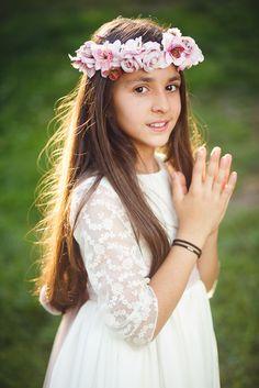Fotos del traje de primera comunion en el parque - elestudiodeblanca.com #primeracomunion, #primeracomunion2016, #comunion, #niños, #ceremonia, #modainfantil, #vestidoscomunion, #fotografia, #fotografiacomunion, #comuniones, #firstcommunion, #fotografiainfantil, #parque, #ElRetiro First Holy Communion, Family Posing, Flower Crown, Holi, Baby Kids, Flower Girl Dresses, Bright, Portrait, Couple Photos