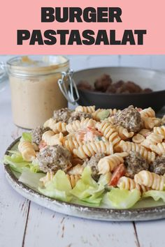 Burger pastasalat er den perfekte pastasalat til sommeren, da det er en pastasalat for hele familien og den er super at have med på tur. Pastasalaen er nem at lave og er lavet med hjemmelavet burgerdressing, salat og mini bøffer. #pastasalat #burger #aftensmad Burger Dressing, Sandwiches, Recipies, Food And Drink, Picnic, Salad, Lunch, Snacks, Dinner