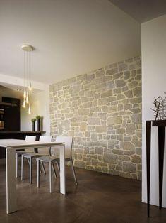 Rustikale Verblendsteine Und Moderne Weiße Esszimmermöbel